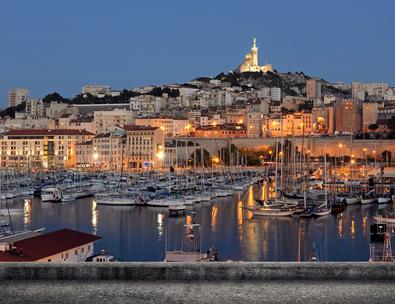 vue de marseille et le vieux port la nuit